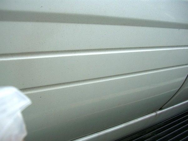 洗車前に車のボディーに鉄粉除去剤をスプレーするだけで塗装に刺さった鉄粉を反応させる