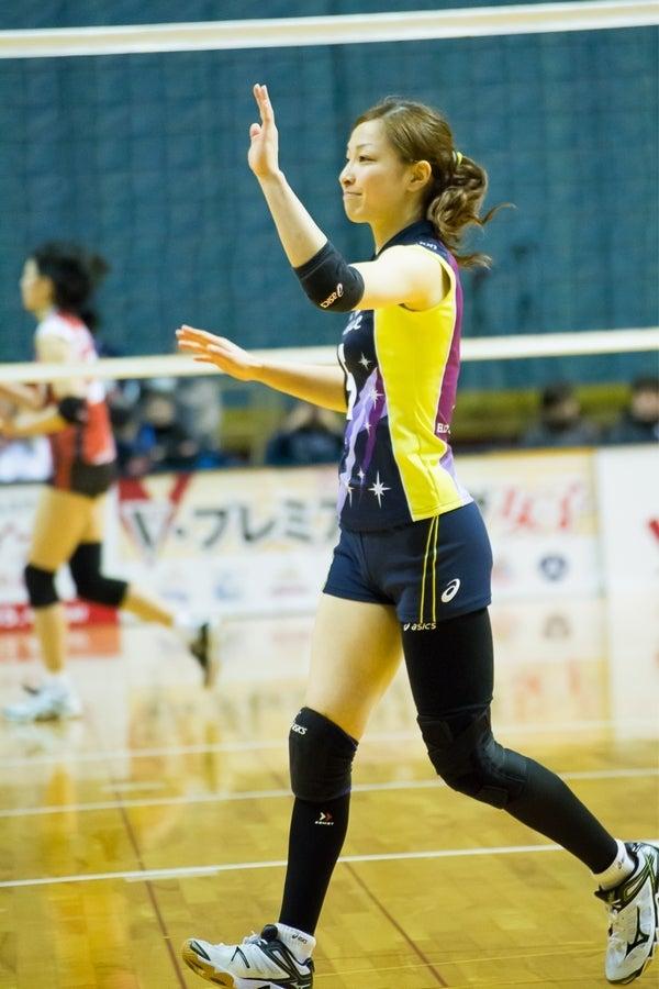 手を挙げて駆け寄るかわいい佐藤あり紗