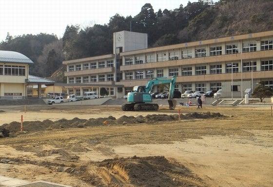 除染作業中(いわき市豊間小学校)