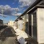 福島の仮設住宅を前に…