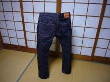 自立するジーンズ