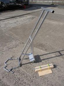 溝掃除の側溝蓋上げ機具(側溝蓋上げリフター)