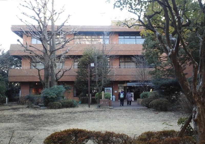 前庭から見た建物