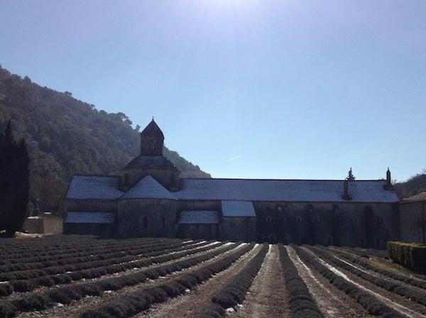 セナンク修道院の雪景色