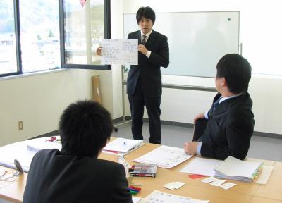 山梨、東京、長野の製造業、病院、金融機関、販売、企業様の新入社員の方ので、新入社員が自ら考え積極的に仕事ができるようになる新入社員研修です。