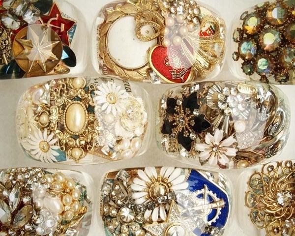 たくさん詰まった中身は、全部ヨーロッパや米国で製作されたジュエリーやアンティークのパーツ。