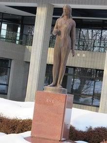 文学館前の像