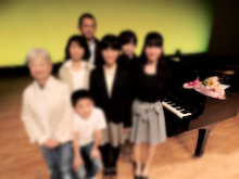 ピアノと一緒に家族写真