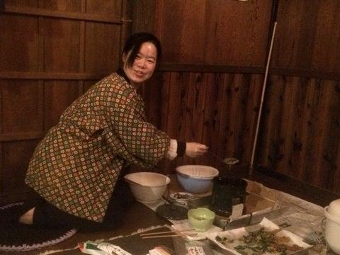 山菜のてんぷらを揚げる