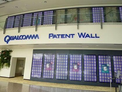 クアルコム本社入口に並べられた膨大な特許の数々