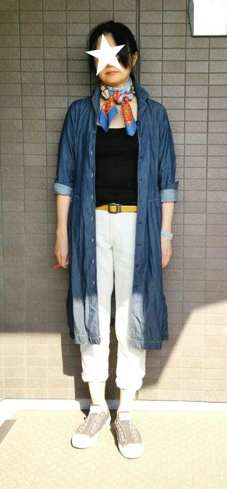 デニムワンピース:UNIQLO(イネス) Tシャツ:無印良品イージーパンツ:UNIQLO 靴:コンバーススカーフ:HERMES