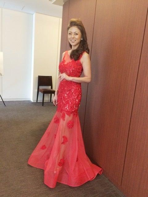 赤いシースルーのドレスが似合う武田久美子