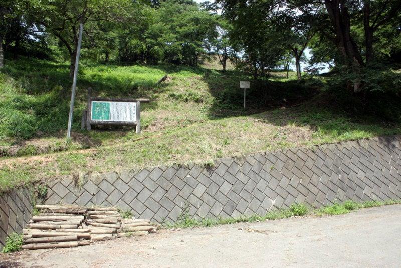 替佐城/②駐車場から見える城