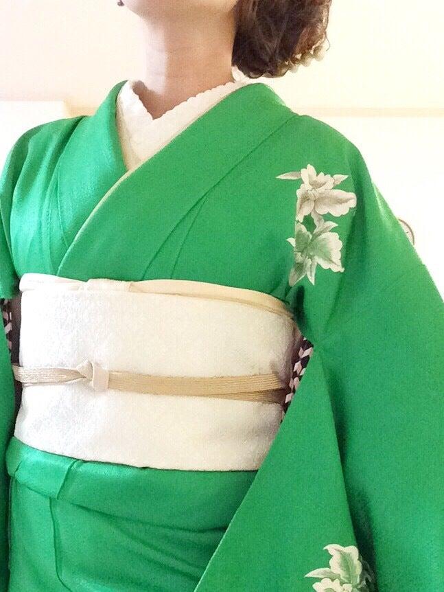 緑の着物に白の帯で、フォーマルコーディネート
