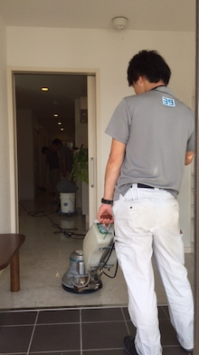 ポリッシャーを使い床面洗浄