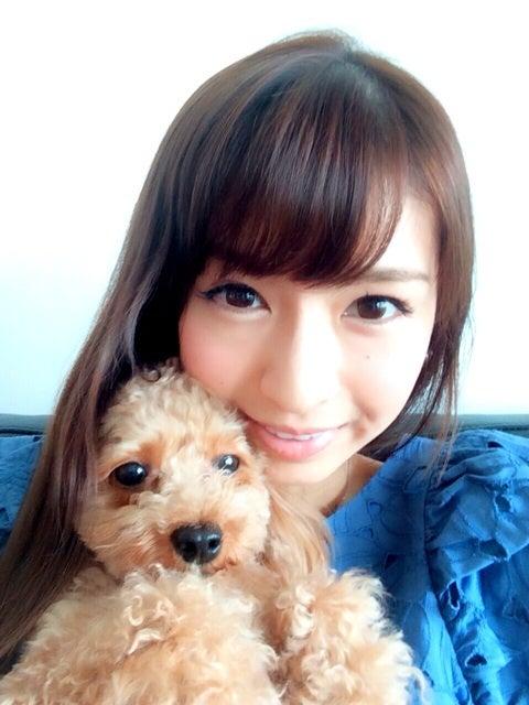 ふわふわの犬をだく川村優希