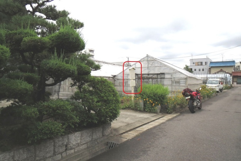 平田城/①説明板とビニールハウス
