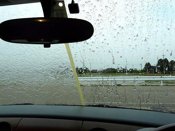 ガラス撥水コーティング(クイックビュークリア)が施工された部分と何も施工されていない部分にシャワーで水をかけて視界の違いをチェック