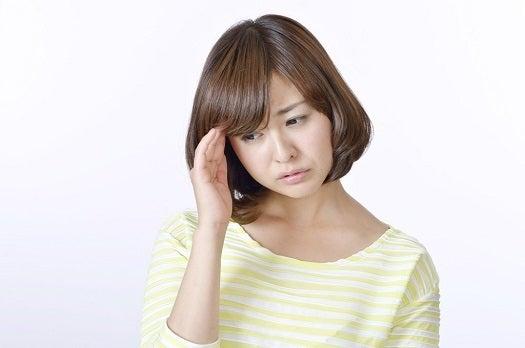 頭痛に悩んでいる女性の画像