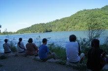 湖でみんなで瞑想!