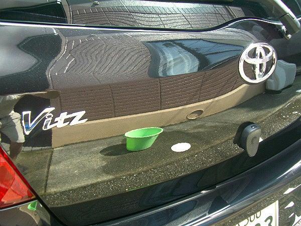 水垢などで汚れた車のボディーをカーシャンプー(パーフェクトシャンプー)での洗車とガラス系コーティング(ラスターベール)で仕上げた車の塗装表面