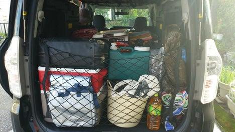 キャンプ用品の車への積込み1