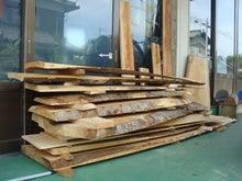 ⑤工房の軒先でしばらく欅を自然乾燥させる