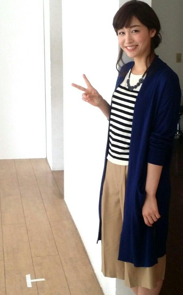 紺色のカーディガンの新井恵理那