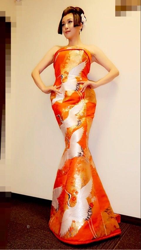 和と洋が混ざり合ったドレスを着る藤原紀香