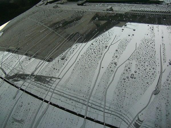 車のボディー用ガラスコーティングにより雨や汚れを弾く撥水性能
