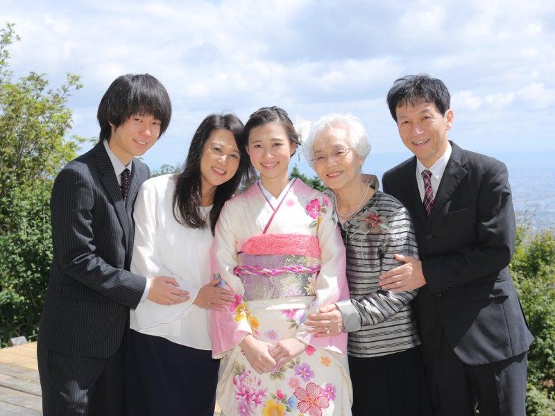 両親と祖母と記念写真を