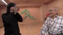 アサダが津村先生の前で面をつける様子