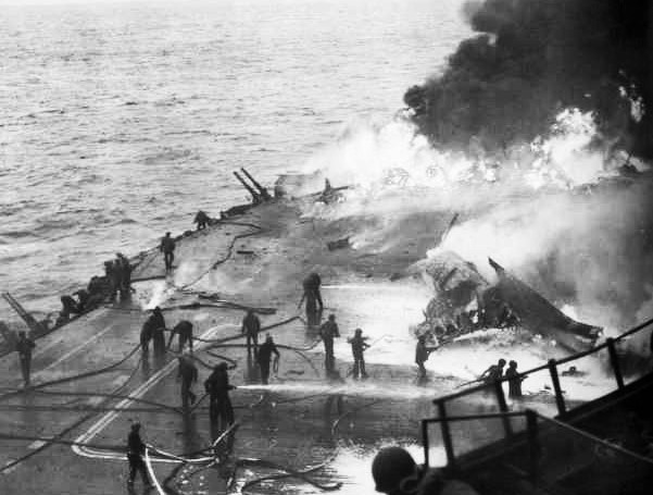 特攻USS_Saratoga_Kamikaze_hit