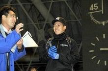 インタビューの練習をする植田海内野手