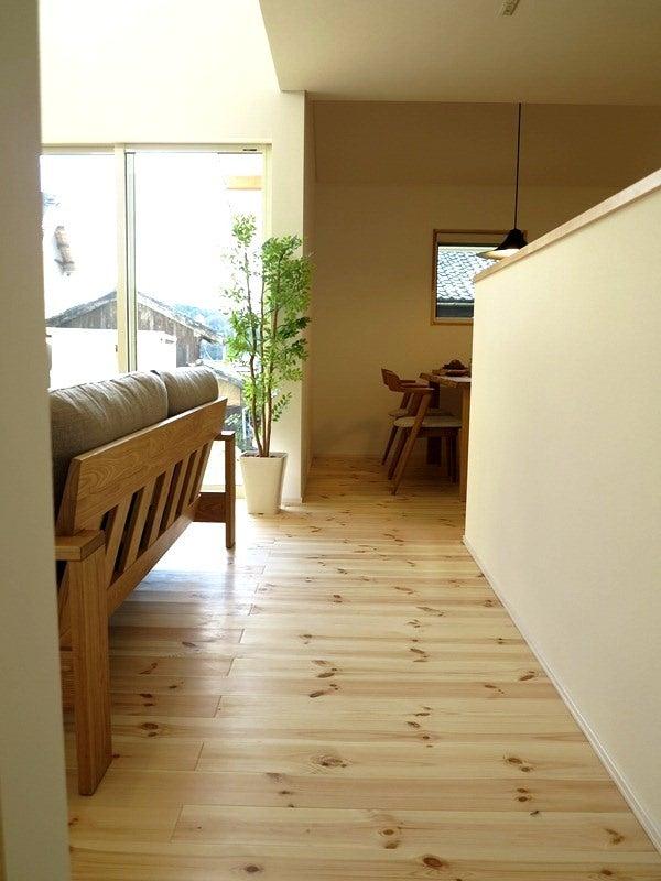 パイン無垢材の床にナチュラルコーディネート