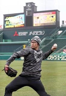 キャッチボールをする岩田稔投手