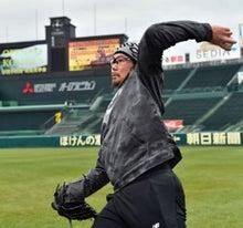 キャッチボールをして汗を流す岩田稔投手