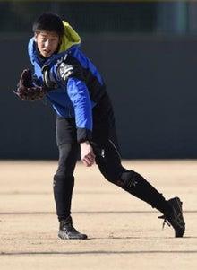 キャッチボールをする横田慎太郎外野手