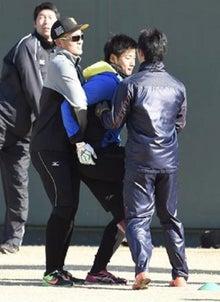 抱えられる横田慎太郎外野手