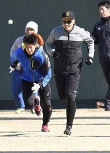 ダッシュをする横田慎太郎外野手