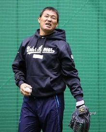 キャッチボールで顔をしかめる福留孝介外野手