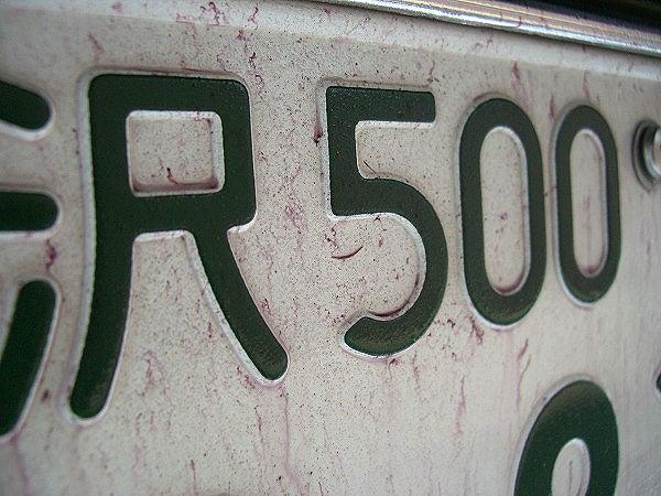 車のボディーやナンバープレートに付着した鉄粉