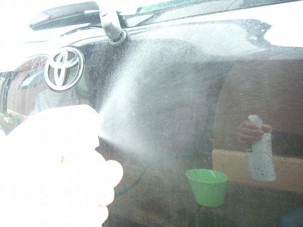 鉄粉が付着した車に鉄粉除去剤をスプレー