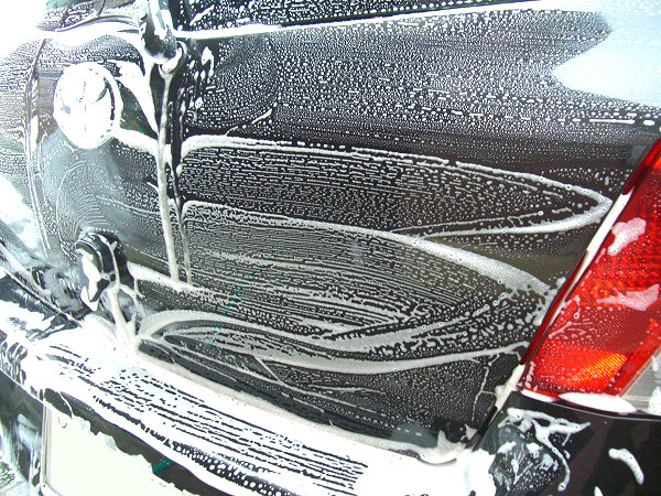 中性のカーシャンプーで汚れた車のボディーを洗車