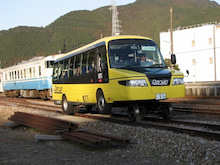 牟岐駅を発車するDMV