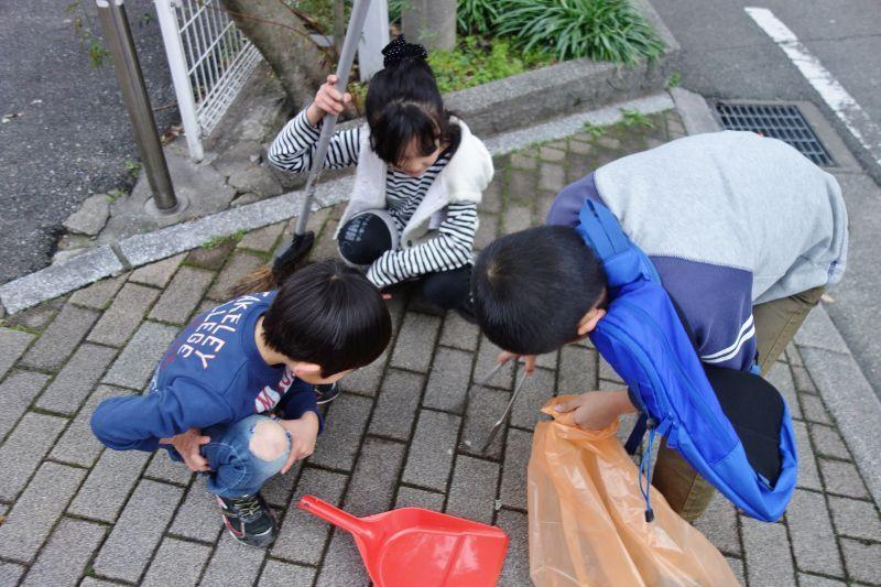 道端に捨てられたガムを見つけて喜ぶ子供たち
