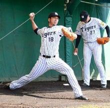 ブルペンで投球練習をする藤川球児投手