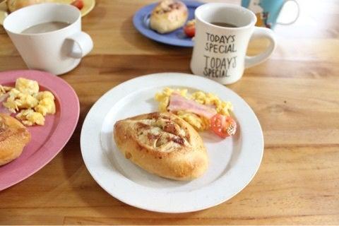 朝食にピッタリ!クルミ生地とバターの香りが食欲を誘う…シナモンのシュガートップパンの画像1
