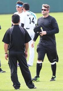 トレーナー陣と話すマット・ヘイグ内野手