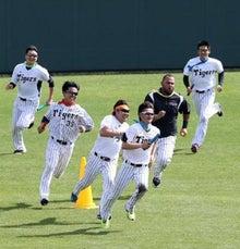 コーンの内側を走るマウロ・ゴメス内野手